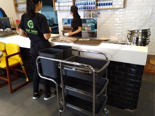 Xe thu gom bát đĩa ba tầng trong nhà hàng quán ăn